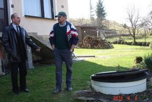 """Starosta. Ján Železný (vľavo): """"Ľuďom sme zabezpečili čističky, napriek tomu majú výhrady."""""""