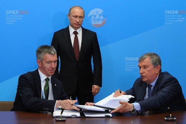 Podpis dohody pod dohľadom ruského prezidenta Vladimira Putina.