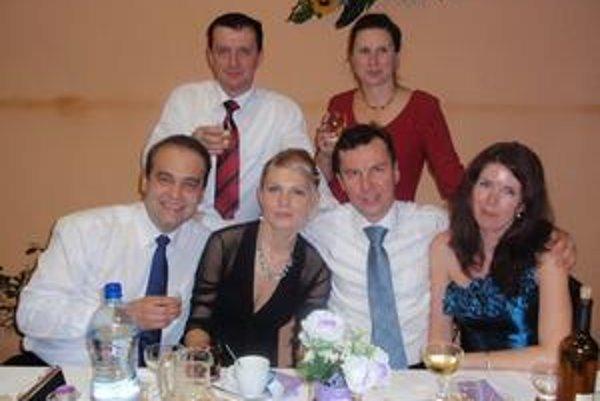 Rodičia a priatelia ZŠ v Kapušanoch. Pracovné povinnosti hodili za hlavu a zabávali sa do skorých ranných hodín.