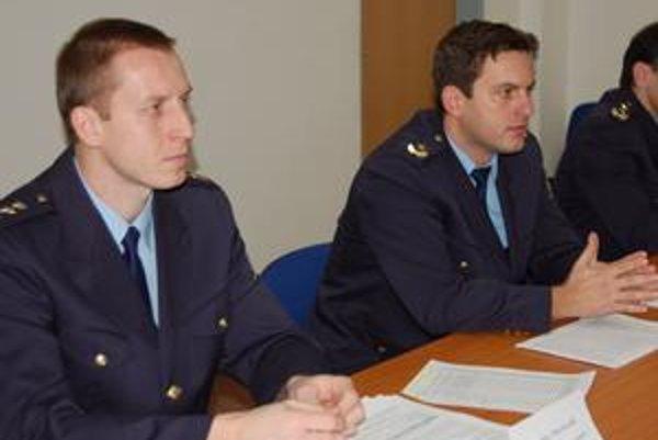 Ján Goliáš (sprava) a Peter Kovalík zhodnotili činnosť hasičov v kraji za uplynulý rok.
