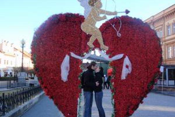 Trojmetrové Valentínske srdce. Pobozkali sa pod ním aj Ľuboslava Uličná a Oto Sokolovský.
