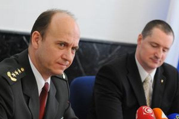 Riaditeľ osobitného určenia GP SR Peter Šufliarsky (vpravo) a prezident PZ Jaroslav Spišiak počas brífingu.