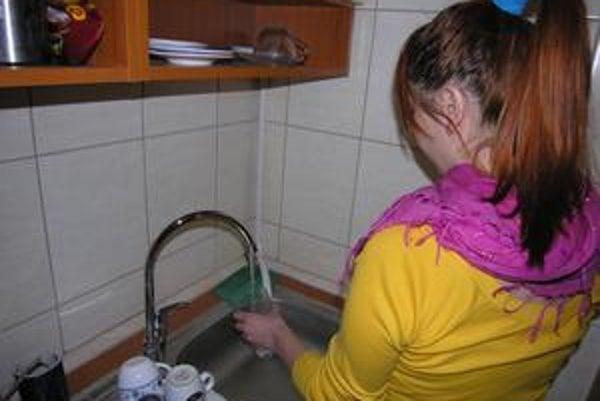 Vo viacerých bytovkách o vode teraz iba snívajú.