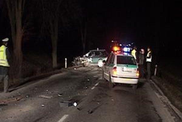 Čelná zrážka. Opitý vodič narazil do oproti idúceho auta.