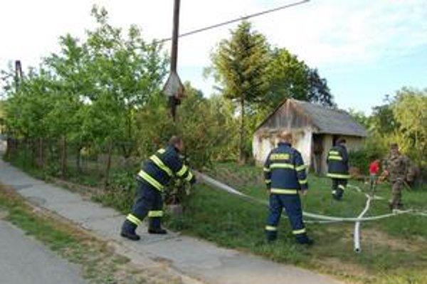 Stodola. Hasili ju aj dobrovoľní hasiči.