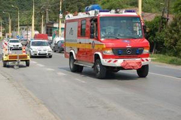 Kolóna áut s majákmi. Policajti sledovali, či vodiči dajú prednosť jazdy hasičom.