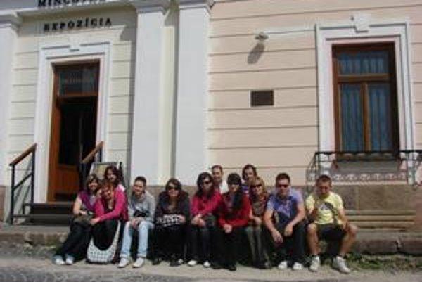 Pri mincovni. Žiaci prešovskej SOŠ počas exkurzie v Kremnici.