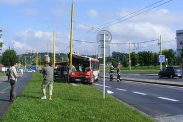 Autobus havaroval. Škody ešte nie sú vyčíslené.