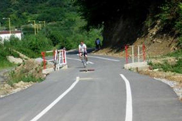 Vyústenie cyklochodníka pri Veľkom Šariši. Vjazd áut má obmedziť rampa, prax je však iná.