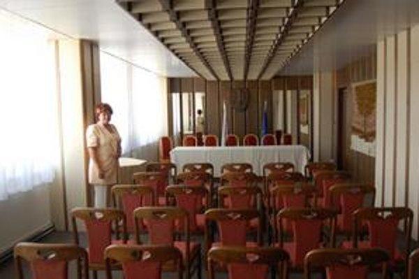 Miestnosť pre tlačovú konferenciu. Zrkadlá prekryjú plátnom.
