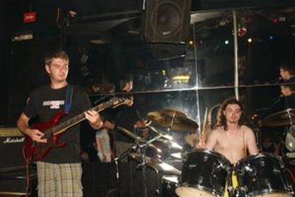 Organon. Za bicími sedí Peter Heteš a na basgitare hrá Martin Miško.