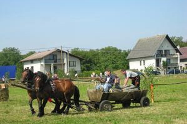 Furmani. Zápolili na kolbišti uprostred dediny.
