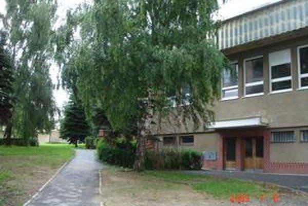 Gymnázium L. Stöckela. Pozemky v areáli bardejovskej strednej školy patria súkromnej firme.