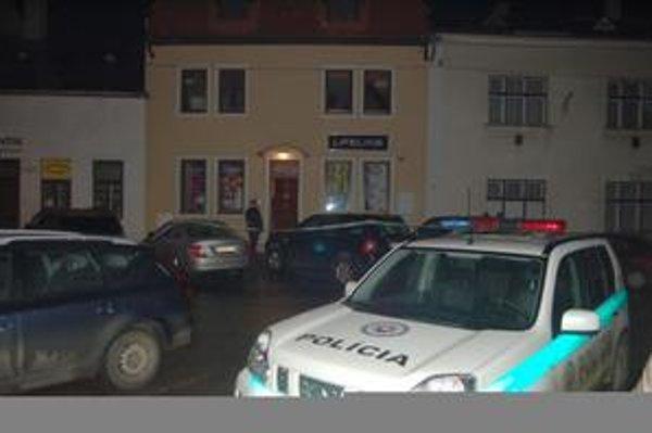 Miesto tragédie. Polícia dom uzavrela a do nasledujúceho rána dokumentovala miesto činu.