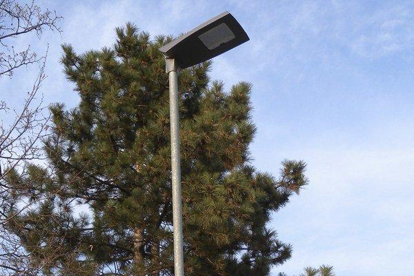 Obce šetria. Neinvestujú napríklad do verejného osvetlenia.