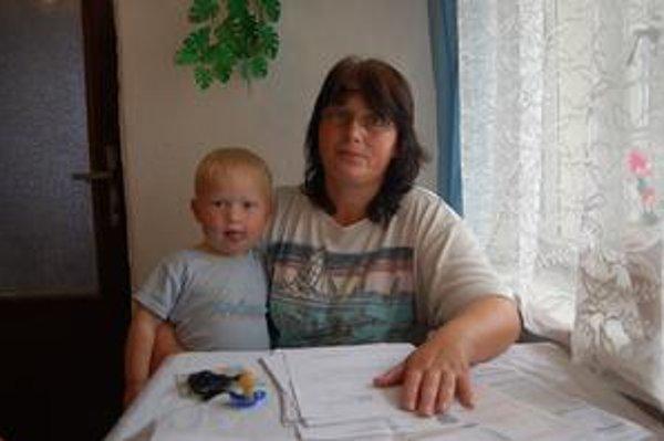 Mária Čubová. Žije iba z materskej a stará sa o tri deti. Jej manžel leží už päť mesiacov v kóme. Nemá nárok na invalidný dôchodok.