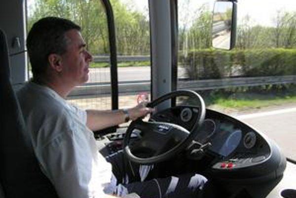Miloslav Chmeliar odcestoval, no včera si za volant nesadol.