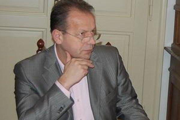 Pavel Hagyari. Kampaň mu môže sťažiť diskusia o parkovacej zmluve.