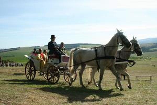 Parádna jazda. Po farára a starostu prišiel koč s koňmi.