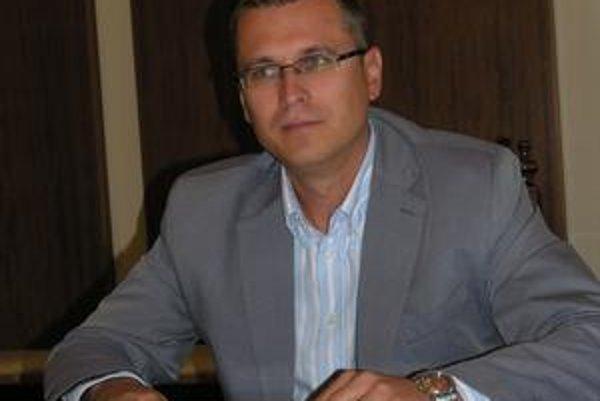 Prednosta Višňovský. Vyhlásil verejnú súťaž na dodávateľa na nakladanie s odpadom.