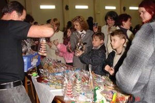 Vianočné perníky. Mnohých Zborovčanov zaujali podkovy, stromčeky, srdiečka.