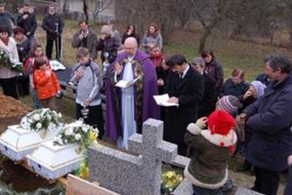 Pohreb Šimonka a Jurka. Omšu slúžil miestny farár Peter Čorba.