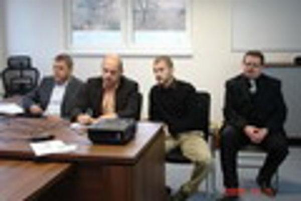 Zľava Jozef Durkoš a Gerhard Klemenz. Umiestnenie kogeneračnej jednotky v Bardejove považujú za výhodné.