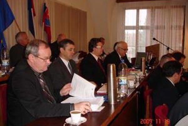 Hanuščak, Halecký, Prokopovič (sprava). Poslanci vyplatené odmeny funkcionárom mesta zlegalizovali.