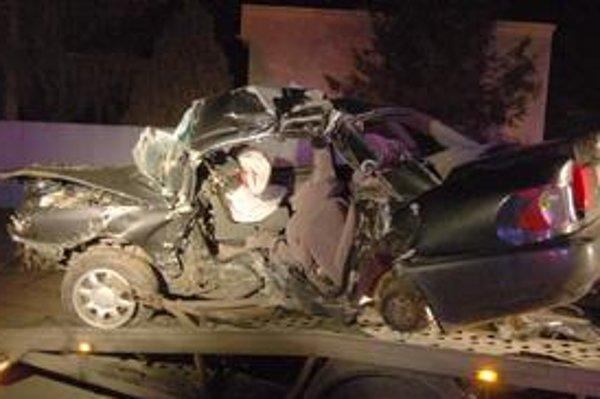 Havária dvoch mladíkov. Jeden zomrel, druhý je vážne zranený.