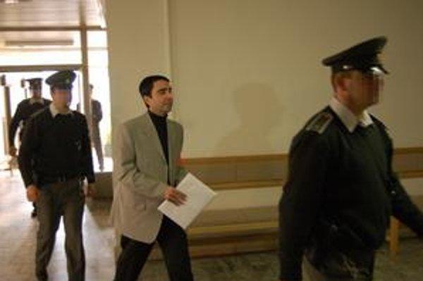Ašot na súde. Neprávoplatne ho už odsúdili za vraždu, teraz čelí obžalobe za vyhrážky policajtovi.