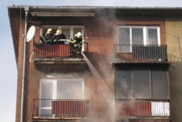 Horiaci balkón. Pri požiari sa nikto nezranil.
