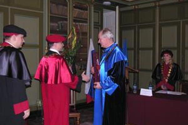 Čestný doktorát J. Brezovi odovzdal rektor PU R. Matlovič.