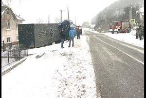 Nehoda. Ani vodič tohto kamióna neustál problémy so snehom na ceste.