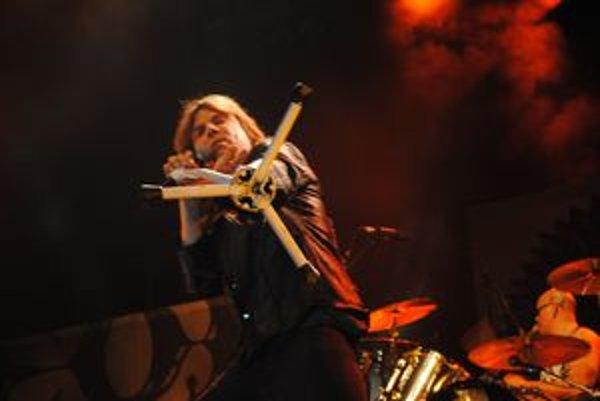 Spevák Europe Joey Tempest išiel celý koncert na plný plyn.