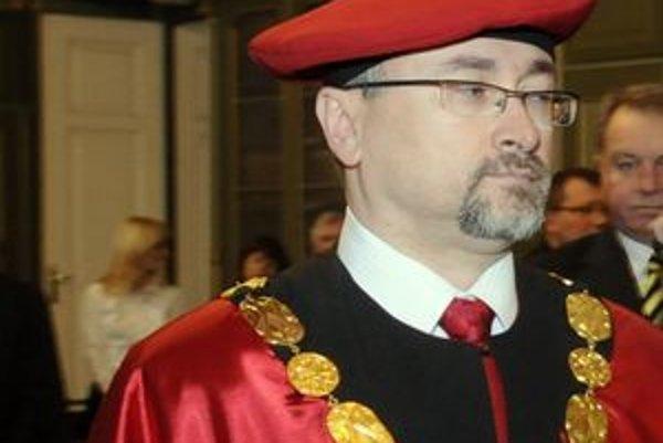 Rektor Prešovskej univerzity René Matlovič oznámil, že univerzita podáva v súvislosti s kauzou výberu školného trestné oznámenie na neznámeho páchateľa.