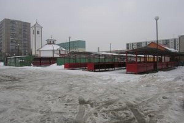 Pri nákupnom stredisku Centrum. Na neočistených chodníkoch a do ľadu zaliatom parkovisku číha na chodcov nebezpečenstvo.
