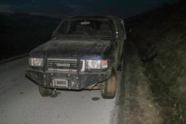 Prenasledované auto. Policajti na ňom prestrelili kolesá.