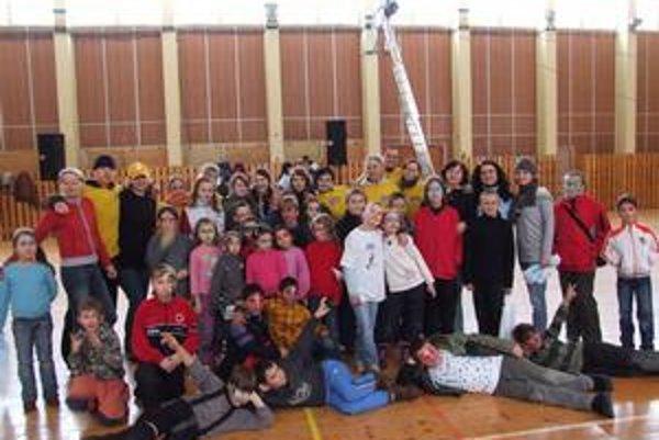 Účastníci zimného festivalu. Program sa presunul do haly.