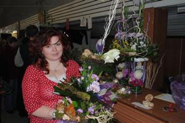 Víťazka. Viera Konečná s najkrajšou kyticou, vedľa na stolíku je víťazná ikebana.