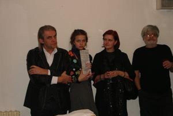 Režisér Marián Pecko (vľavo) sa po premiére Lakomca osobitne poďakoval Jožovi Stražanovi (vpravo).