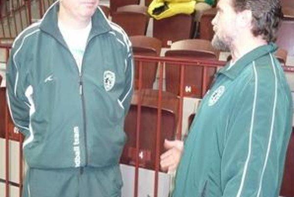 Miloslav Chmeliar. Majiteľ, vľavo od trénera R. Trtíka, je s dosiahnutým v Maďarsku spokojný.