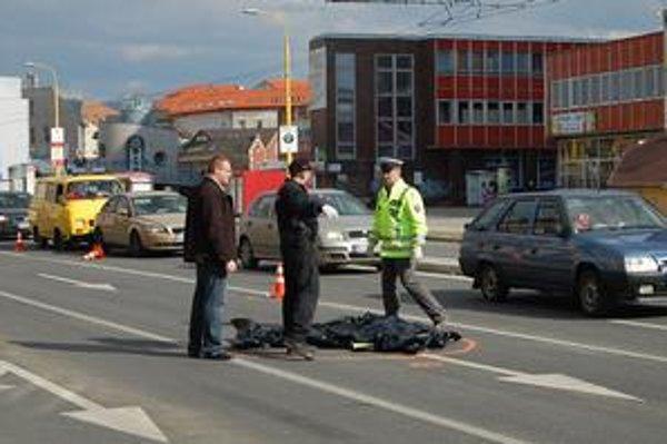 Miesto nehody. Mladý vodič zabil chodca, z miesta nehody ušiel.
