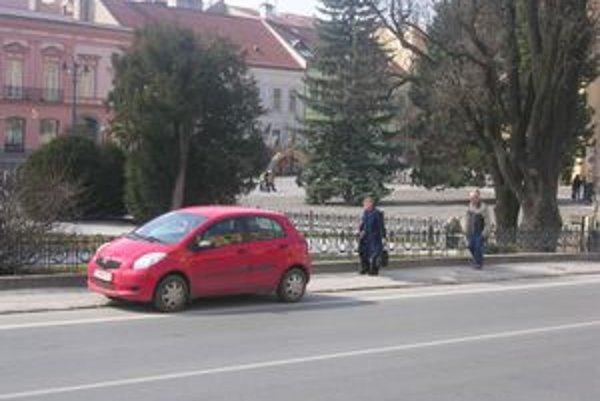 Podnikatelia sa sťažujú, že centrum Prešova je pre nich na autách nedostupné. Mesto v prísnych pravidlách poľaviť nemieni, skôr naopak.