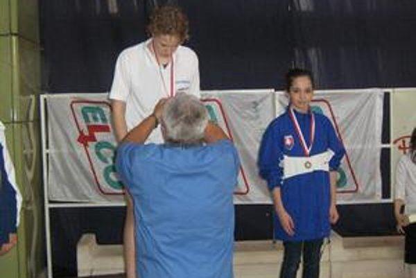 Na stupni víťazov. Nina Fürješová (vpravo) sa pri premiére v štátnych farbách dostala na medailovú pozíciu.