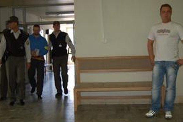 Dočkajú sa oslobodenia, alebo odsúdenia? Borža (medzi policajtmi) vypovedal včera, dnes by mal Slavomír Surový (vpravo).