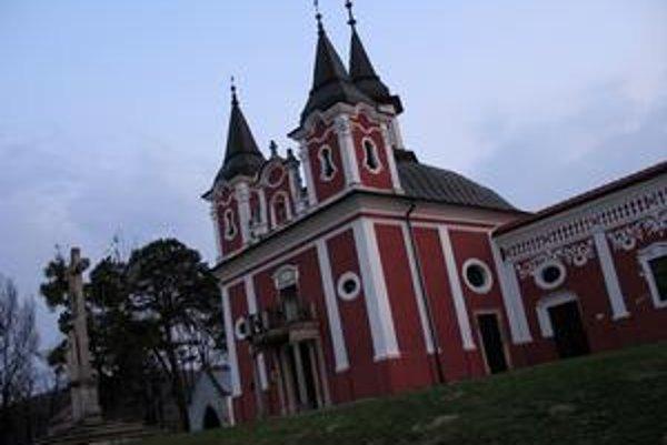 Kostol sv. Kríža. Tvorí dominantu areálu.