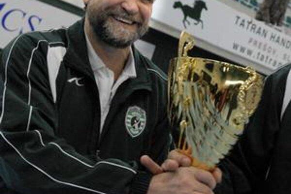 Trofej. R. Trtík so svojím mužstvom čoskoro vykročí za ďalším pohárom.