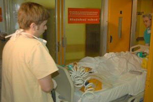 Vážne zranený. Lekári ho operovali, leží na ARO.