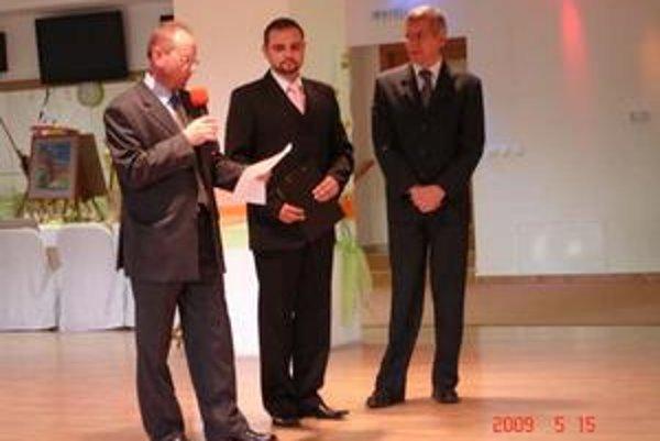 Benefičný koncert. Správca Jozef Jarina (vľavo) a predseda správnej rady Vladimír Savčinský (vpravo) prezentovali výsledky Komunitnej nadácie Bardejov.