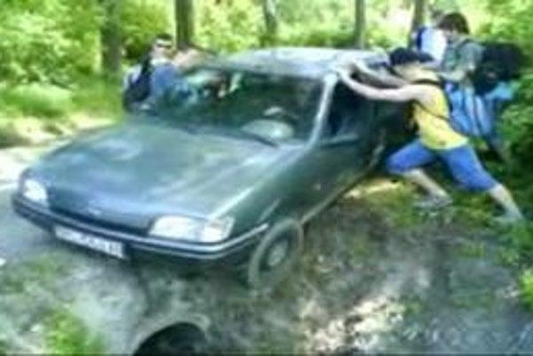 Pomohli... Študenti auto z nebezpečného okraja priekopy vytlačili.